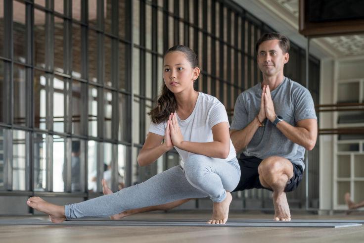「瑰麗夏日樂悠遊」的住客可參加 Camp Rosewood 所有活動,包括家庭瑜珈(圖片:香港瑰麗酒店)