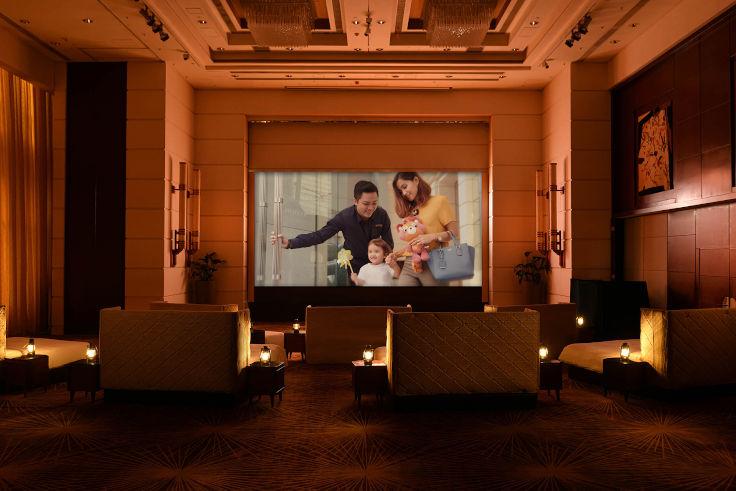 康得思酒店的「盛夏放映會」住宿體驗,讓住客於宴會廳中躺在床上看電影(圖片:康得思酒店)