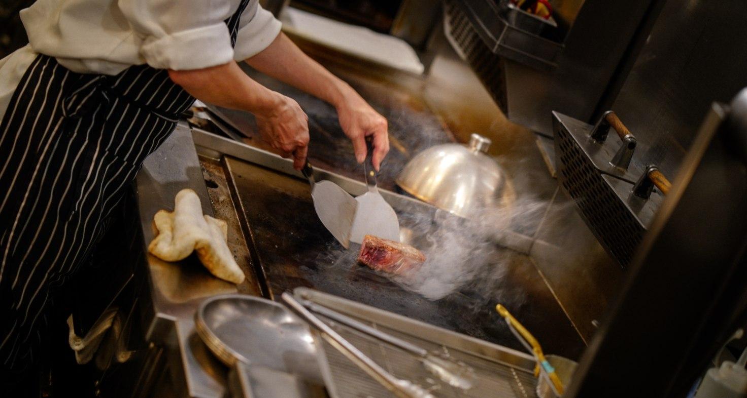 烹調牛肉前,會先上鐵板煎一下,是牛排教父鄧有癸長年累積下的料理心法。(攝影:林志潭)
