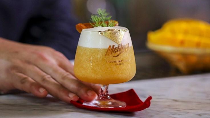 """""""ทอง"""" แก้วที่สื่อถึงความก้าวหน้า รุ่งโรจน์ จากร้าน Tep Bar"""