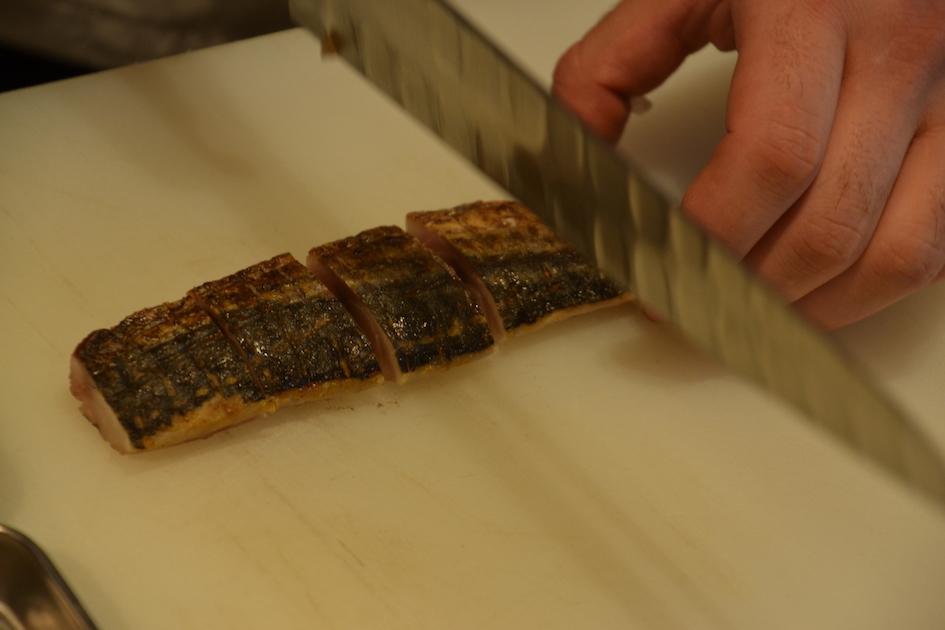 廚師正處理來自法國西南部海邊城市拉洛歇爾的鯖魚