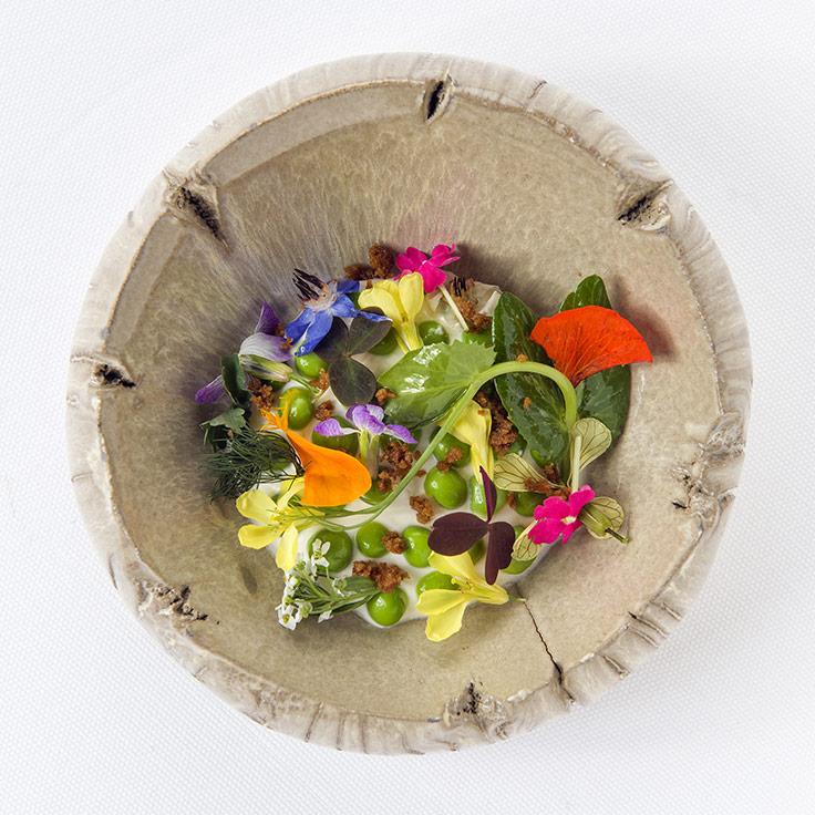 Crème fontainebleau petits pois, fleurs et herbes du jardin. ©PM Gaury