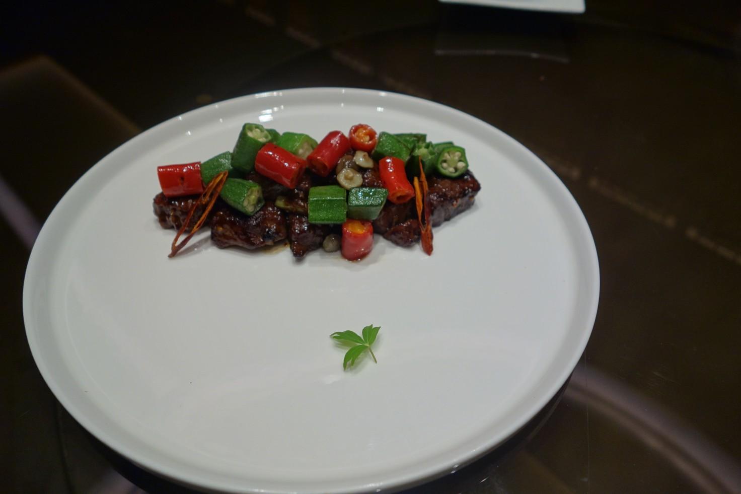 「秋葵野菌香辣炒牛柳粒」的各式調味料均衡,帶出牛肉的美味(謝明玲攝)。