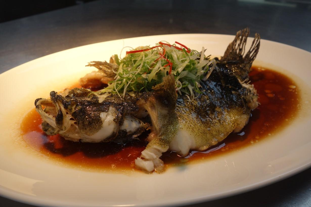 油浸筍殼魚是傳統粵菜,吃來肉質細嫩鮮滑,醬香也不會搶走魚鮮風味(謝明玲攝)。