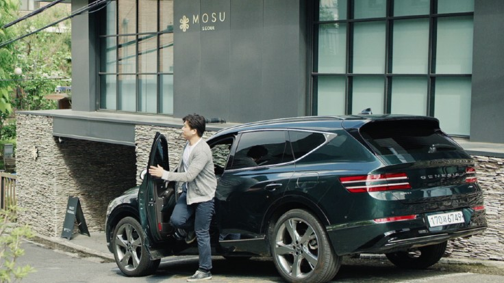 Chef Anh travels back to restaurant Mosu in a Genesis GV80 after spending time with his family in Seoul Forest.