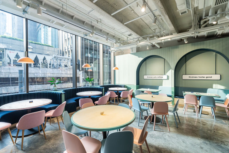 Kind Kitchen 位於中環 Nan Fung Place,室內採用柔和色系作主調,並設 100 多個座位