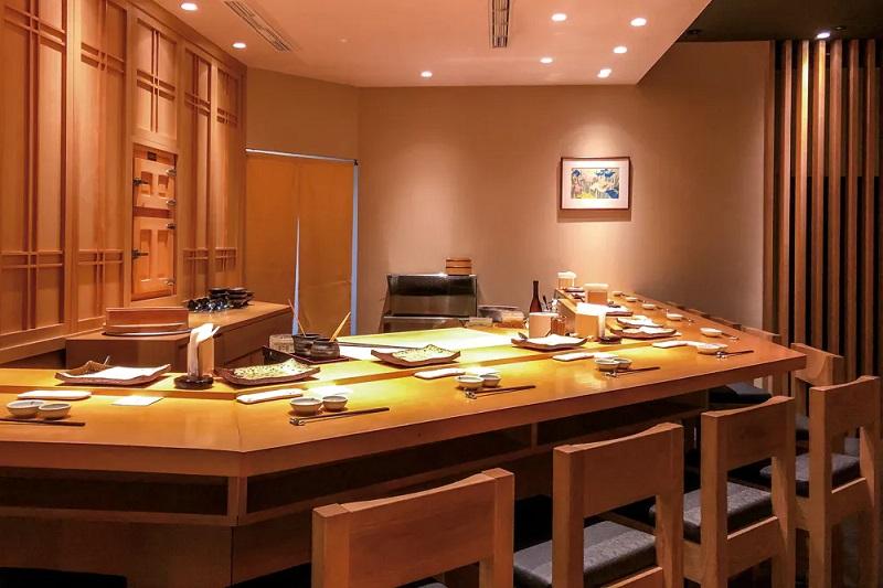 二星餐廳鮨天本座位有限,饕客常必須等待許久,才得一飽口福。