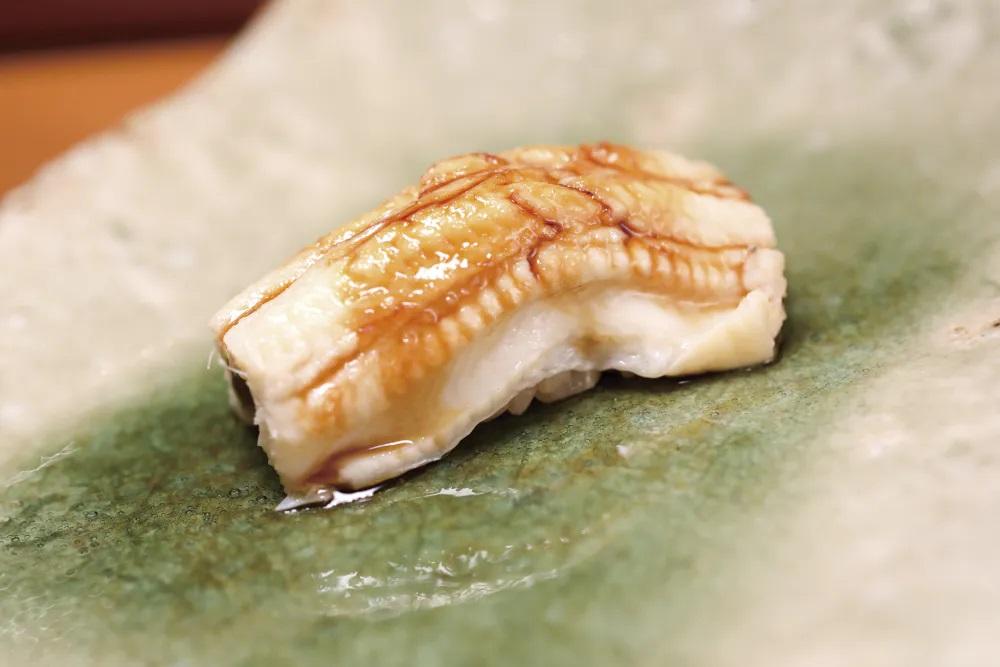 吉兆割烹壽司遵從江戶前壽司作法,不定期會帶入日本壽司界當下最流行的風格與口味。