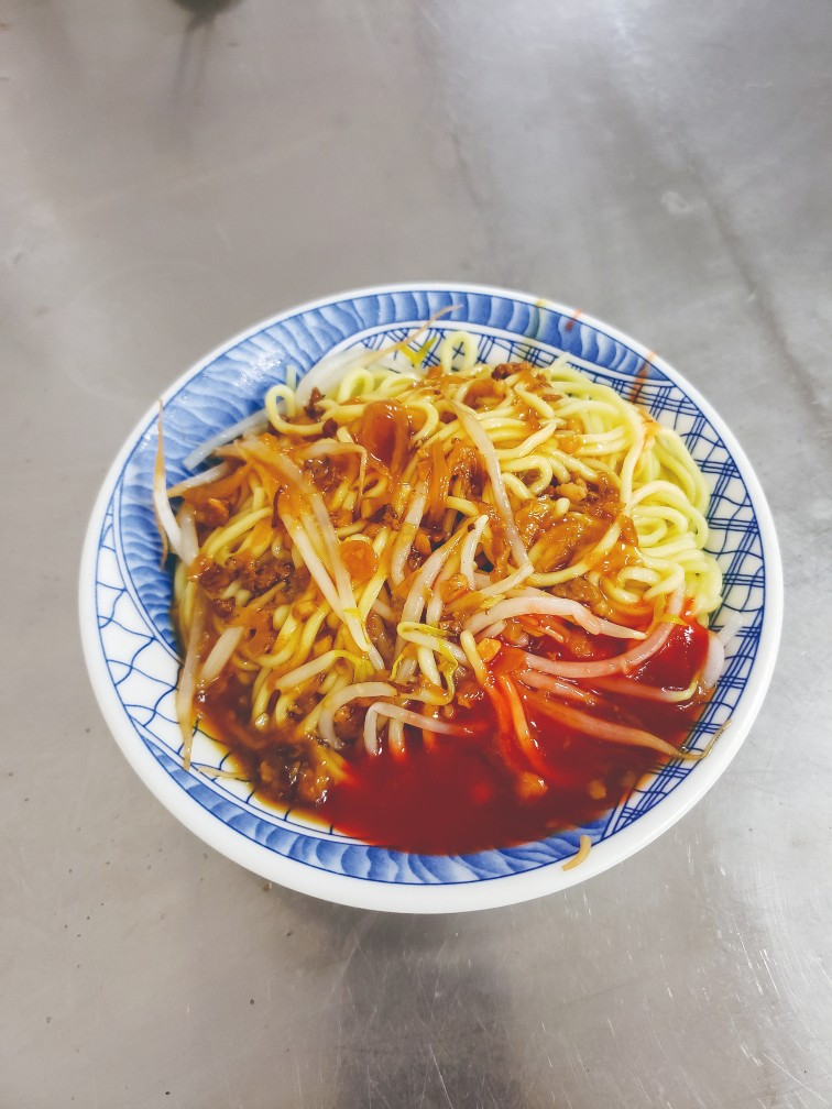 Five-decade-old A Kun Mian serves blanched noodles in braised pork sauce and fried scallions. A generous dab of its sweet chilli sauce is recommended.