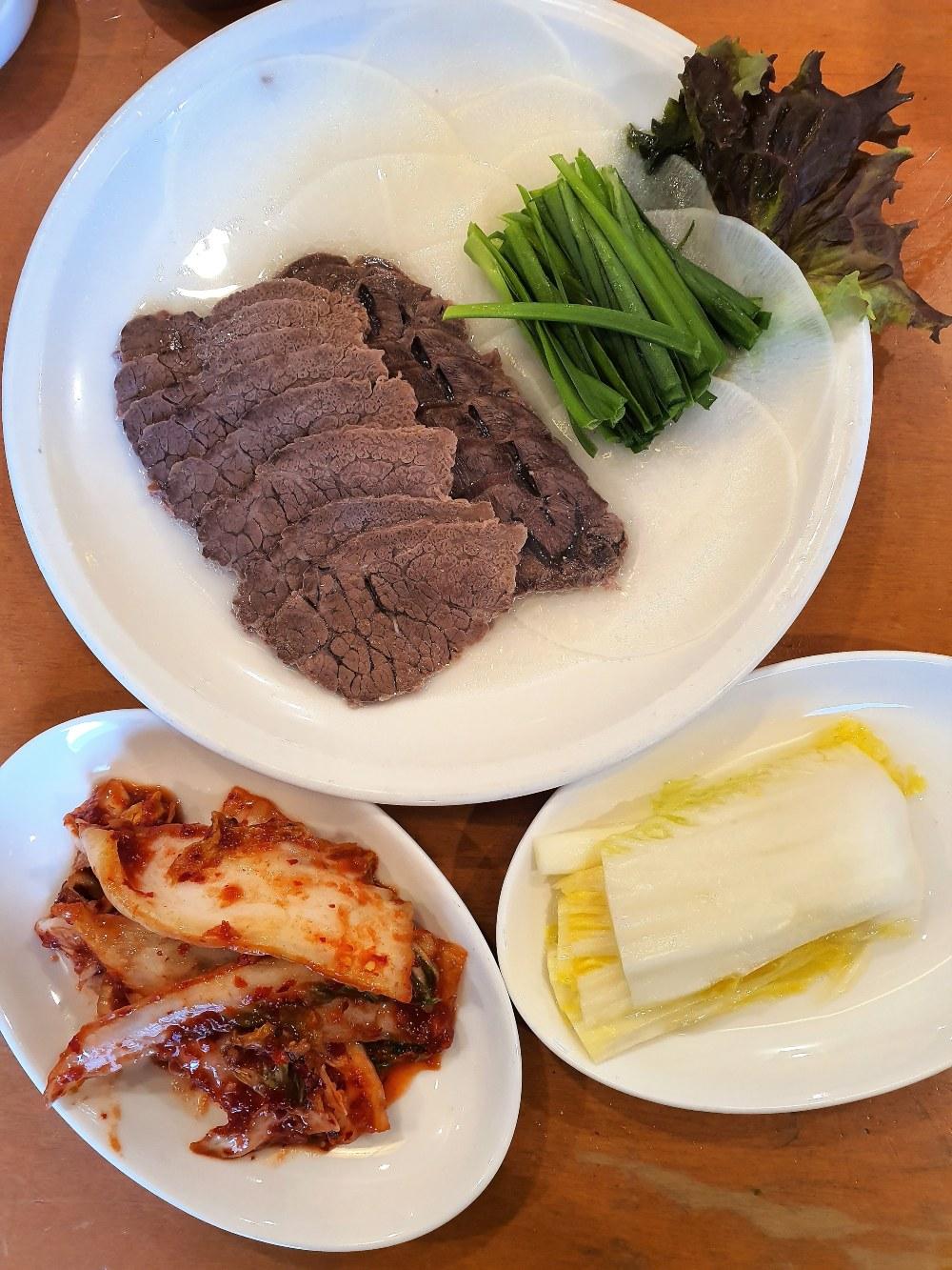 황생가칼국수의 부추수육, 부추에 곁들여 먹는 부드러운 한우 한 점 ⓒ Seonyoung Im