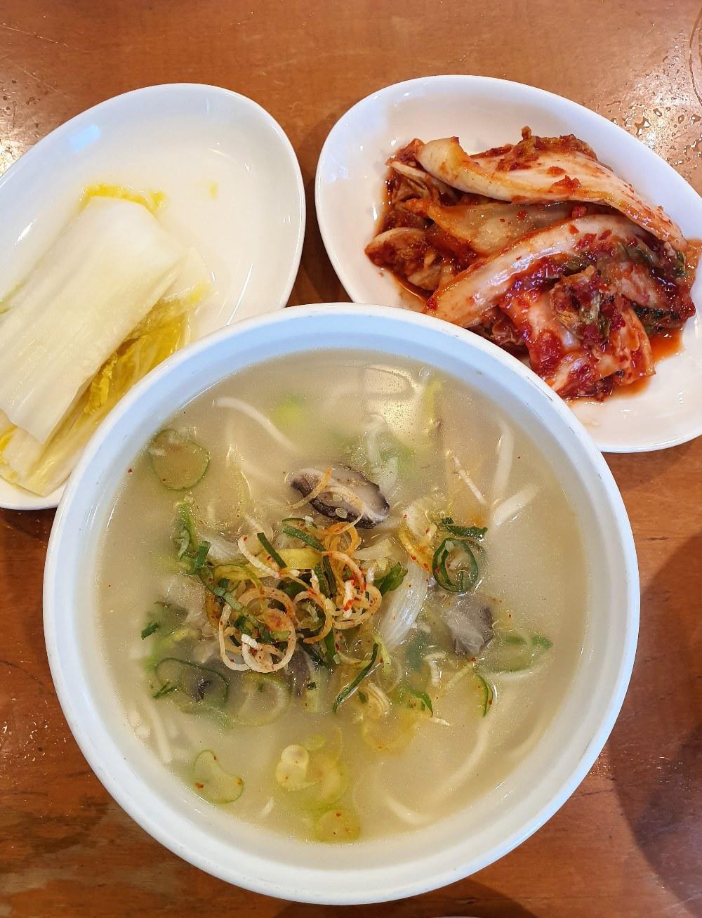 황생가칼국수의 사골칼국수, 한우 사골로 우려낸 담백하고 든든한 육수 ⓒ Seonyoung Im