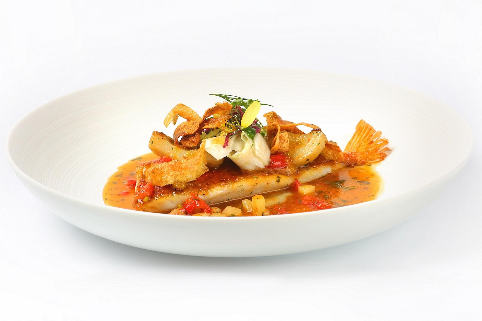 Atlantik-Rotbarbe, Artischoke, Bottarga, Sherry-Escabeche oder Junge Karotten, gelbes Thai-Curry, Kaffir-Limette