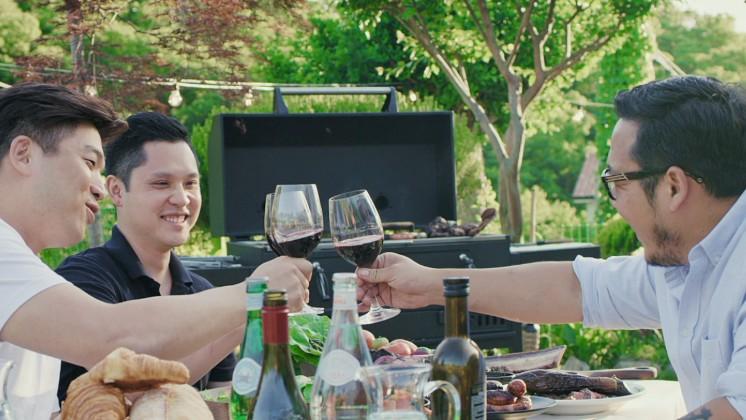 신승환 셰프는 어느 주말, 미쉐린 2 스타 모수 안성재 셰프(왼쪽), 임프레션 서현민 셰프(가운데)를 그의 공주 농장으로 초대해 함께 식사를 즐겼습니다.