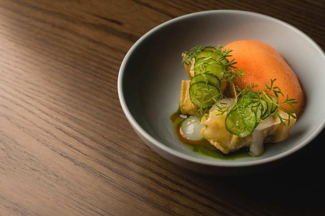 Longtail 夏季菜單中的鴨肝餃、芝麻醬、小黃瓜、荔枝、香菜(圖片:Longtail 提供)