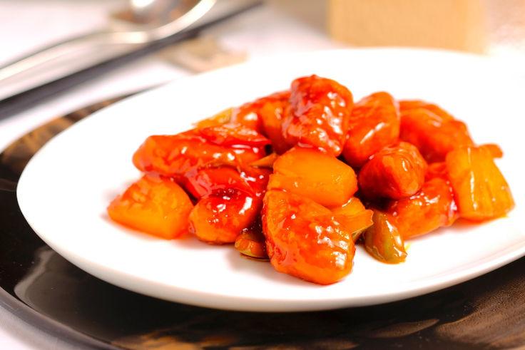 明閣的素菜餐單用上新豬肉,包括圖中的鳳梨膳良素咕嚕肉(圖片:明閣面書專頁)