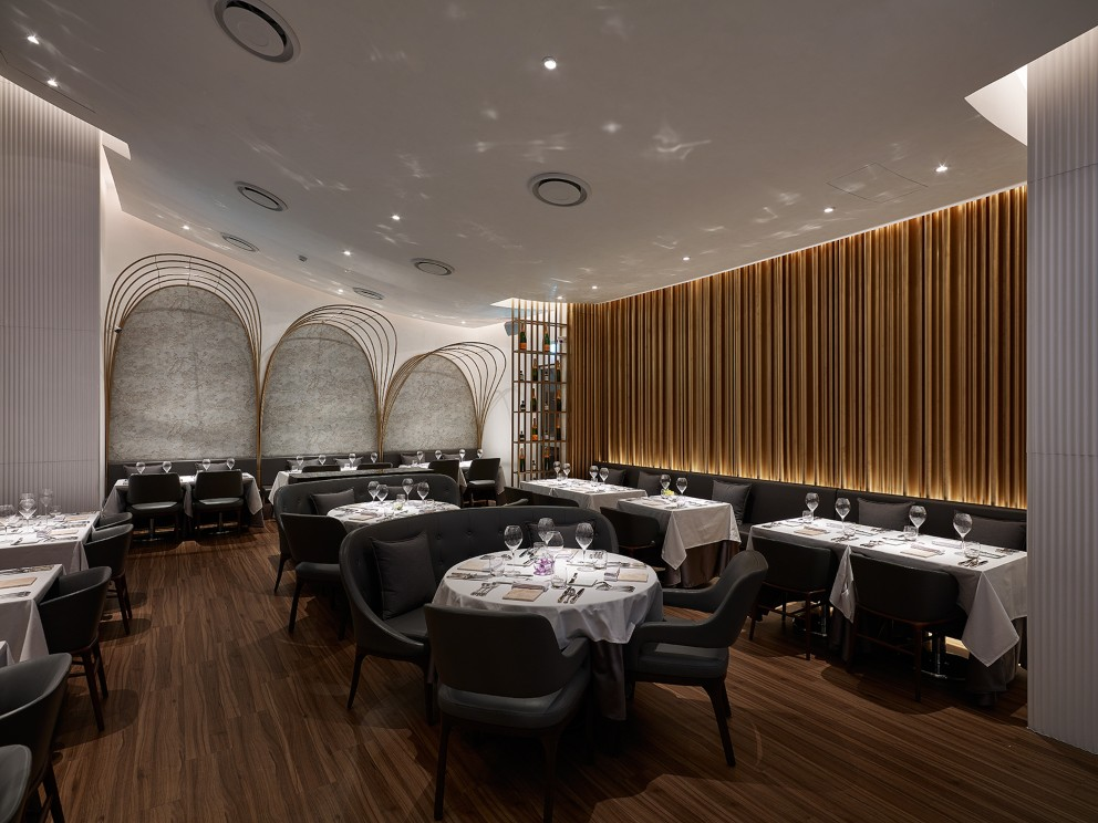 前兩年鹽之華搬遷,新的餐廳從建材到概念、設計,都由黎俞君親自操刀。(圖片:鹽之華提供)
