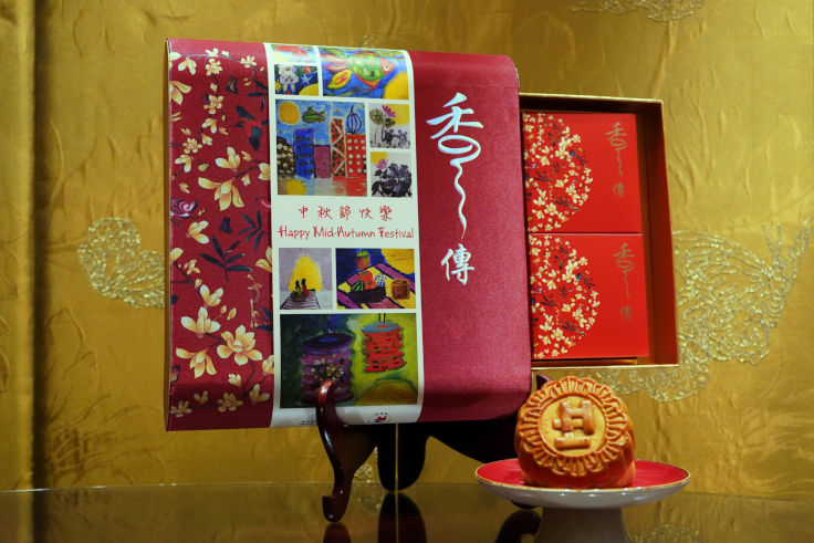 Heep Hong Society Charity Mooncakes Set offered by Summer Palace contains 4 pieces of Traditional Mooncakes with White Lotus Seed Paste and Double Egg Yolks Mooncakes (Photo: Summer Palace)