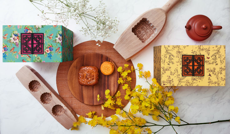 The boxes of both mooncake sets at China Tang are designed with a motif of birds and flowers and exude elegance (Photo: China Tang)