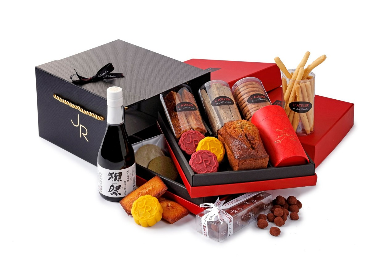 一星餐廳侯布雄推出內含月餅、法式點心以及清酒的禮盒。(圖片:台北侯布雄  L'Atelier de Joël Robuchon Taipei  臉書)