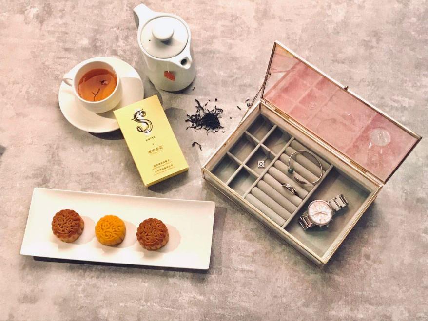 S Hotel 的「月光寶盒」禮盒以四種口味的月餅搭配兩款茶。(圖片:S Hotel 提供)