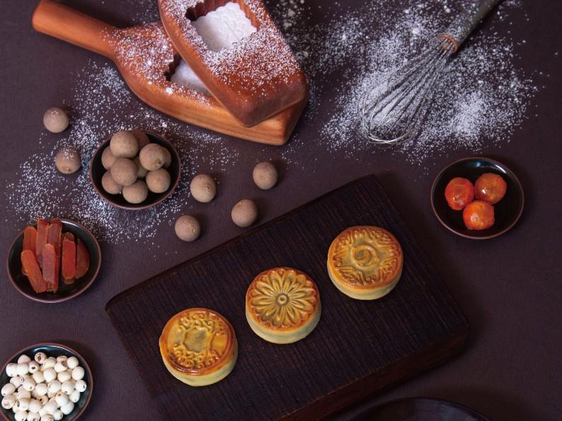 大倉久和今年推出兩款廣式月餅禮盒,其中還包括「烏魚子鹹蛋黃蓮子烏豆沙」的口味,相當特別。(圖片:大倉久和大飯店提供)