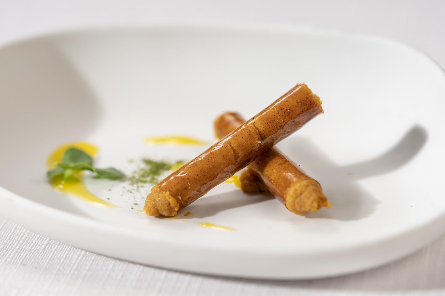 焦糖臘腸捲外以糖與紅椒粉做成糖衣,內則是打成慕斯的巴斯克地區臘腸。(渥達尼斯磨坊提供)