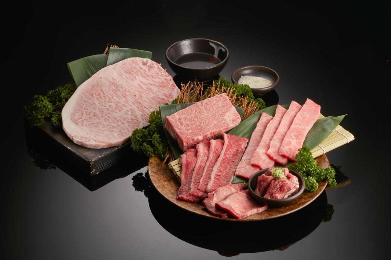 老乾杯奢華燒肉禮盒內有日本和牛薄牛排、澳洲和牛紛雪燒,以及伊比利豬肋眼上蓋等。(圖片:乾杯提供)