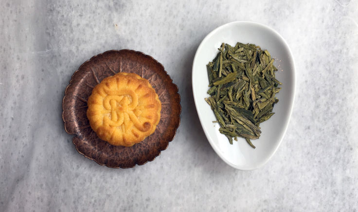 The richness of the custard mooncake goes well with prized Longjing teas (Photo: Mandy Li)