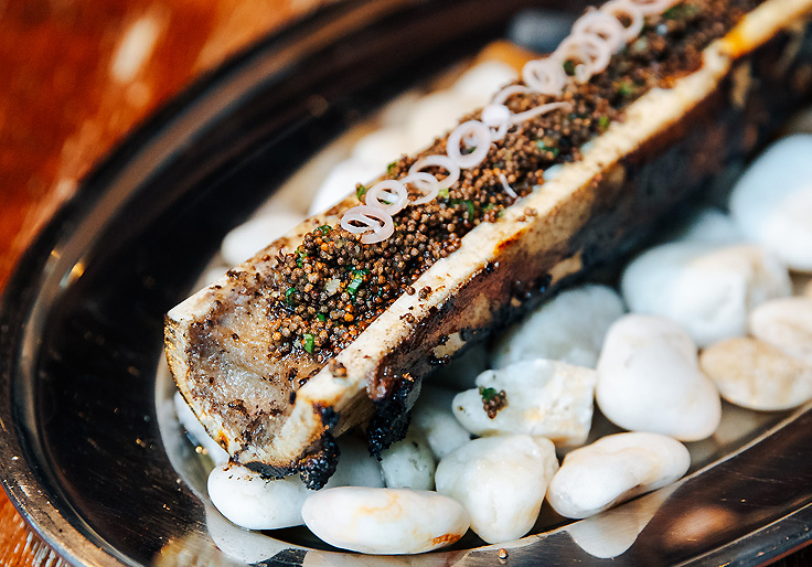 Charcoal-roasted bone marrow is one of the hottest dishes to try. (© Watsamon Tri-yasakda/ MICHELIN Guide Thailand)
