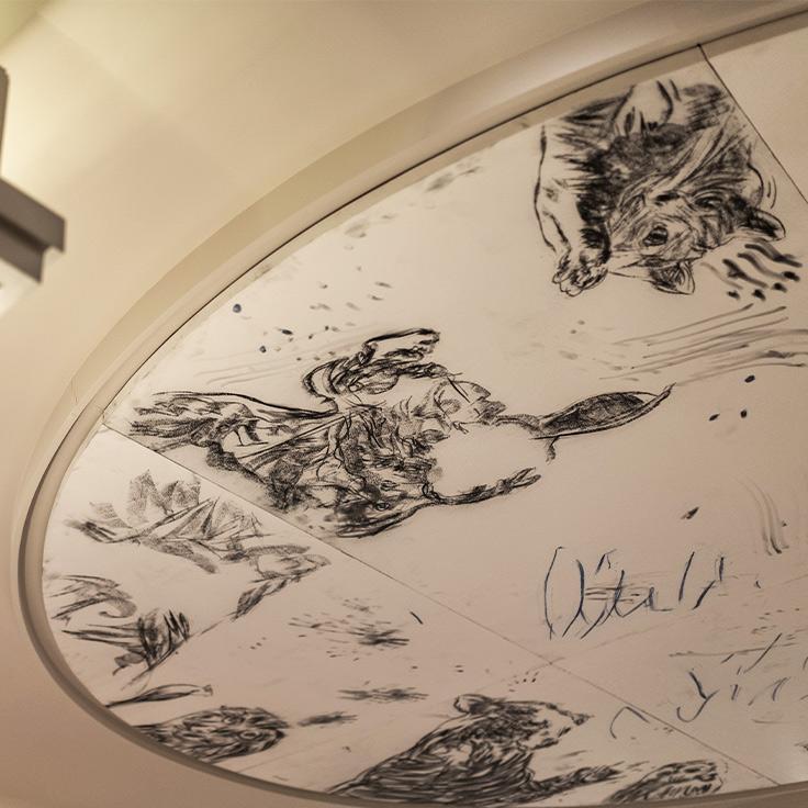 Au plafond, la fresque de l'artiste Adel Abdessemed. ©Cyril Carrere