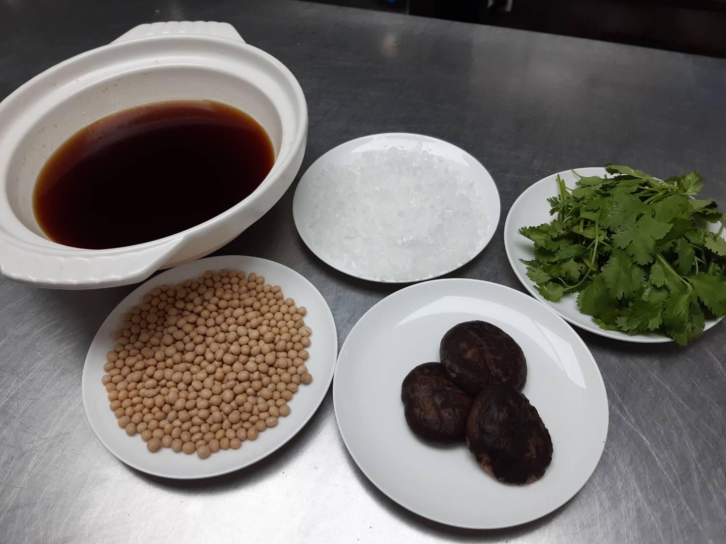 鄔海明調製蒸魚醬料用的食材,包括黃豆、香菇、香菜、冰糖以及醬油。(謝明玲攝)