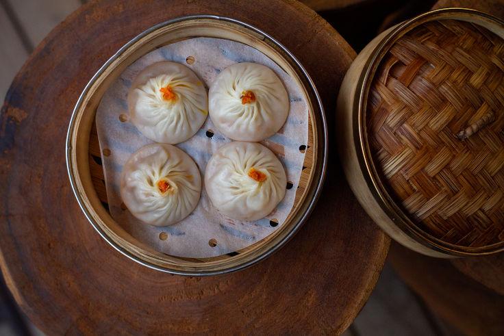 「都爹利會館」的蟹粉小籠包,餡料加入餐廳用大閘蟹殼熬煮的蟹油,鮮味豐盈。(圖:都爹利會館)