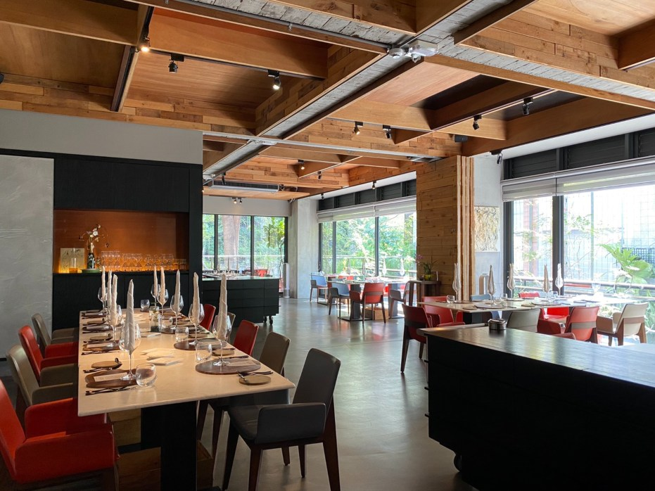 Forchetta 餐廳內景。餐廳位於台中七期二樓,戶外種滿各式植栽,也有食用花草,綠意盎然,氣氛恬靜。(圖片:Forchetta 提供)