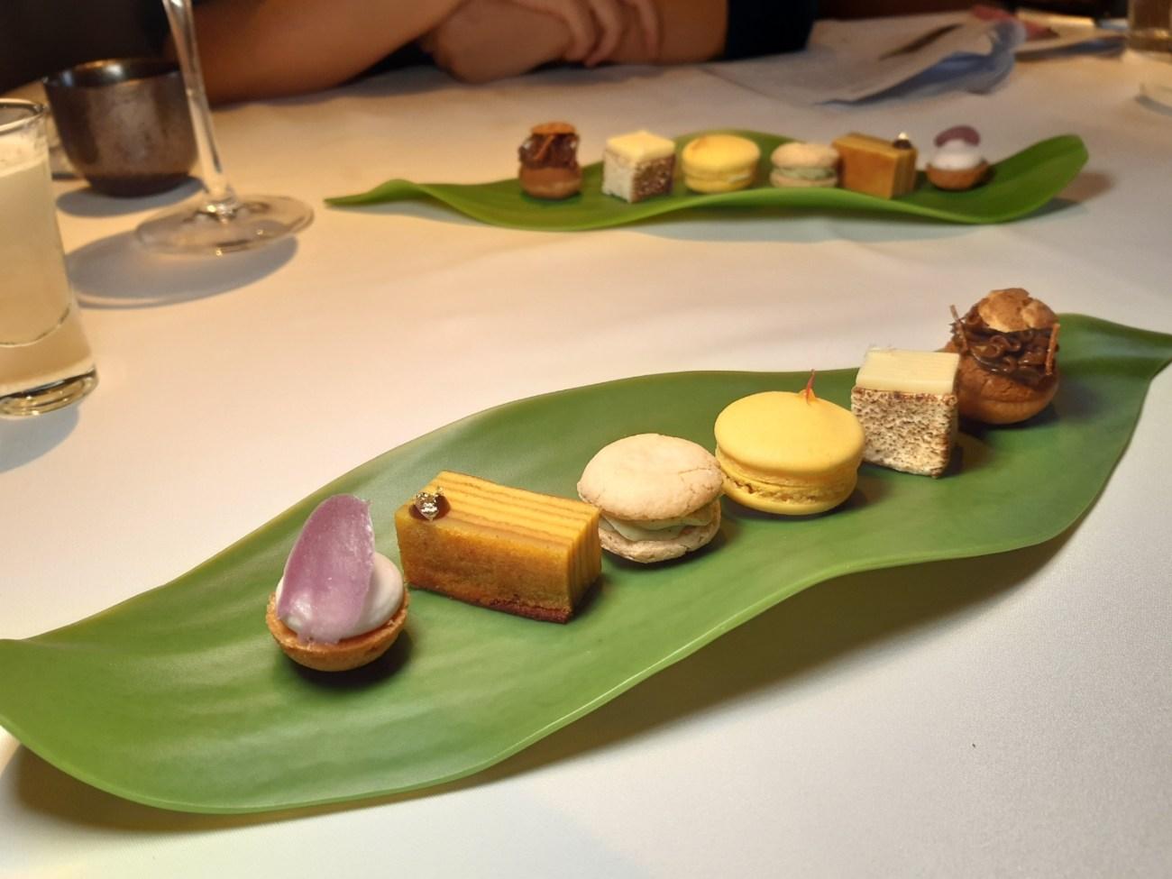 甜點最後六個小茶點,由左而右分別為:芋頭塔、麵茶叻沙達克瓦茲、Rojaka 馬卡龍、千層蛋糕(Kueh Lapis)、棉花糖與泡芙。其中 Rojak 馬卡龍、千層蛋糕與棉花糖是 Una 的創作,其他則出自 Angela 之手。(謝明玲攝)