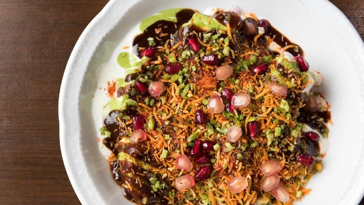Samosa chaat 咖哩角中每個材料都為菜式帶來獨特元素,當中包括甜、酸、鹹、苦、鮮,也包括香料味或新鮮度,以及不同香脆和爆開的口感。