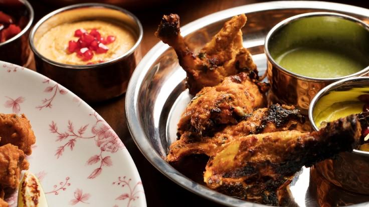Murgh tikka angara 用上三黃雞。廚師們先把乾料,包括葫蘆巴(fenugreek)、蒜和辣椒揉到雞上,再把加入香料的乳酪醃醬塗上,最後把雞串起,放到 tandoor 爐的爐底。「它的脂肪非常美味。」他談及這新界家禽時說。「這肥美的肉也會吸收更多味道,在 tandoor 爐中也不會變乾。」