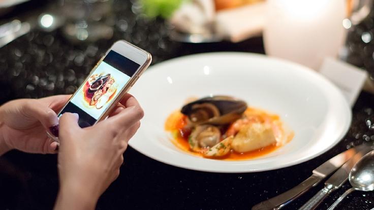เทคโนโลยีเข้ามาช่วยให้ผู้ตรวจสอบจดจำอาหารจานนั้น ๆ ได้ง่ายขึ้น (© Shutterstock)