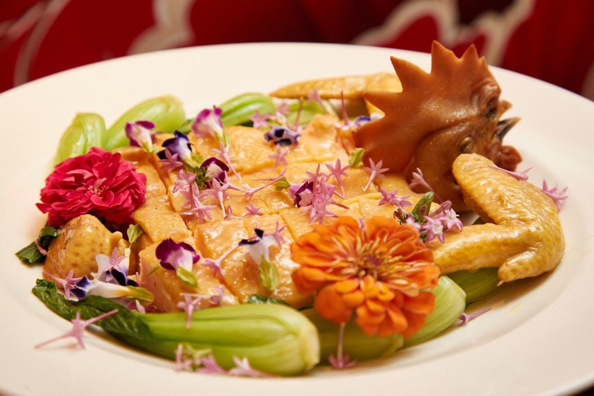 大三元在今年整修後重開,也挑戰了許多手工老菜色,例如這道「江南百花雞」。(大三元提供)