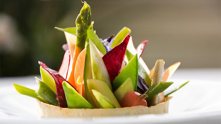 Rencontre d'un jardin d'été en tartelette fine condiment et herbes sauvages. ©DR