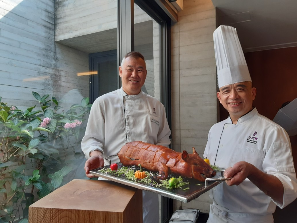 与玥樓行政總主廚許文光(圖左)找來資深大廚鍾德成(右)執掌燒臘部門,希望餐廳在燒臘、點心與中餐廚房,都可以傳承經典之味。(謝明玲攝)