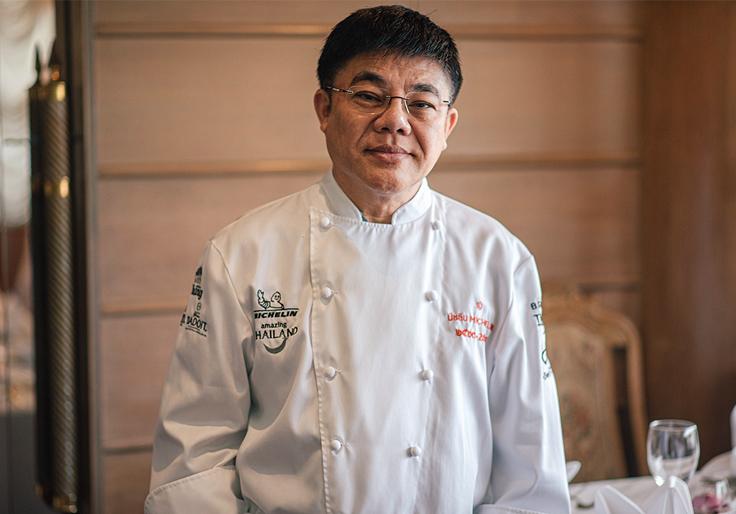เชฟจิระวุฒิ ทรัพย์คีรี ผู้เป็นทั้ง Managing Director และเจ้าของร้านเมธาวลัย ศรแดง (© อนุวัฒ เสนีวงศ์ ณ อยุธยา / MICHELIN Guide Thailand)