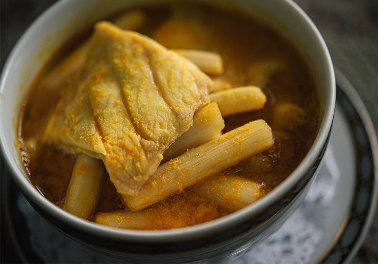 แกงส้มปักษ์ใต้ อาหารจานนี้คุณแม่ของเชฟจิระวุฒิใส่เข้าไปในเมนูของร้านสมัยเข้าสู่ยุคเมธาวลัย ศรแดงใหม่ ๆ ในขณะนั้นแกงเหลืองหรือแกงใต้มักใช้หน่อไม้ บอน หรือมะละกอดิบเป็นวัตถุดิบหลัก แต่คุณแม่ของเชฟจิระวุฒิเห็นไหลบัววางขายอยู่ที่ตลาดสดหน้าองค์พระปฐมเจดีย์ จึงลองออกเมนูแกงส้มปักษ์ใต้โดยใช้ไหลบัวแกงกับเนื้อปลาเก๋าเพื่อไม่ให้ซ้ำกับร้านอื่น เมธาวลัย ศรแดงจึงกล้าพูดได้เต็มปากว่าเป็นร้านแรกที่ใช้ไหลบัวมาทำแกงใต้ ซึ่งทุกวันนี้เราจะเห็นแกงส้มไหลบัวได้ตามร้านอาหารไทยทั่วไป (© อนุวัฒ เสนีวงศ์ ณ อยุธยา / MICHELIN Guide Thailand)