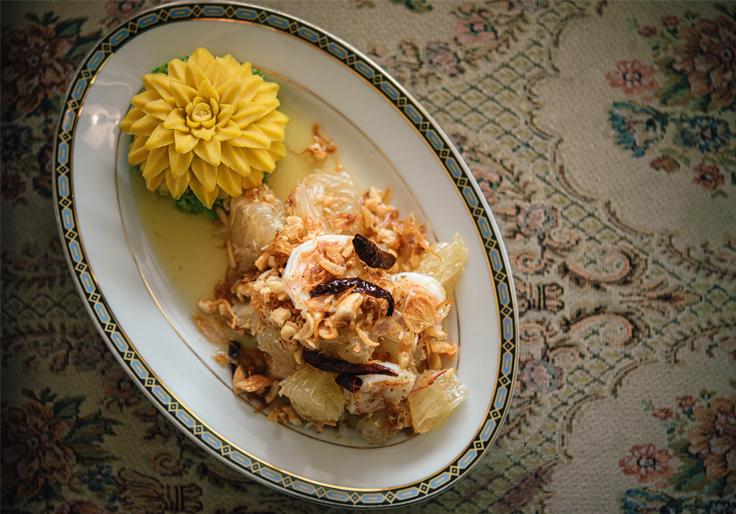 ยำส้มโอที่มีมาก่อนยำตะไคร้ อันเป็นเมนูขึ้นชื่อจานหนึ่งของร้าน (© อนุวัฒ เสนีวงศ์ ณ อยุธยา / MICHELIN Guide Thailand)