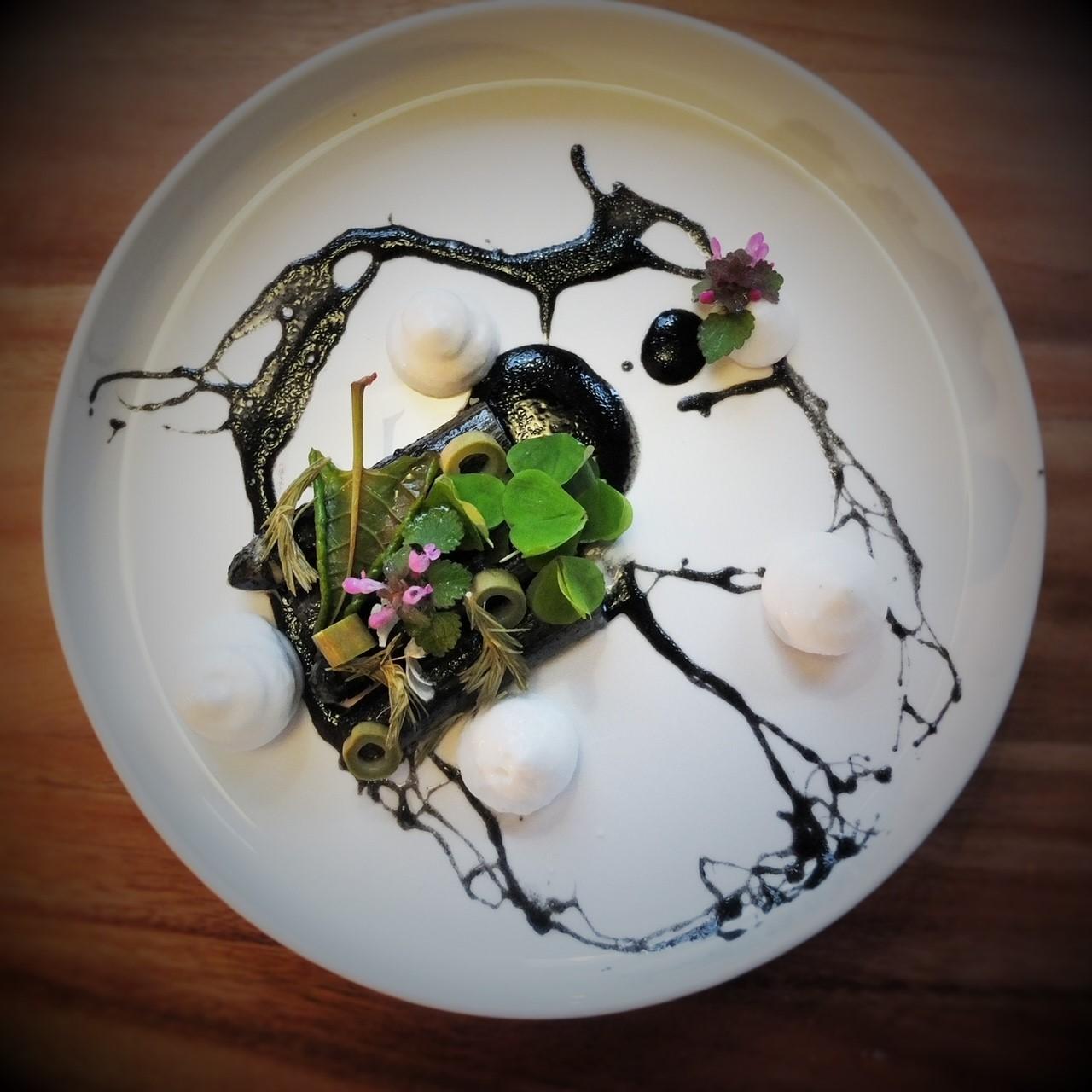 Weißer Spargel, Marinade aus Heuasche und Holunderblütenessig, Sauerklee, Knötterich- und Fichtensprossen