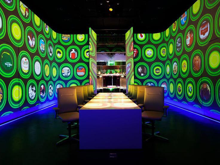 หน้าจอ LED ราวกับฉากจากภาพยนตร์แห่งโลกอนาคตที่ห้องอาหาร Ultravioletby Paul Pairet ที่เซี่ยงไฮ้ (© Scott Wright of Limelight Studio / Ultraviolet by Paul Pairet)