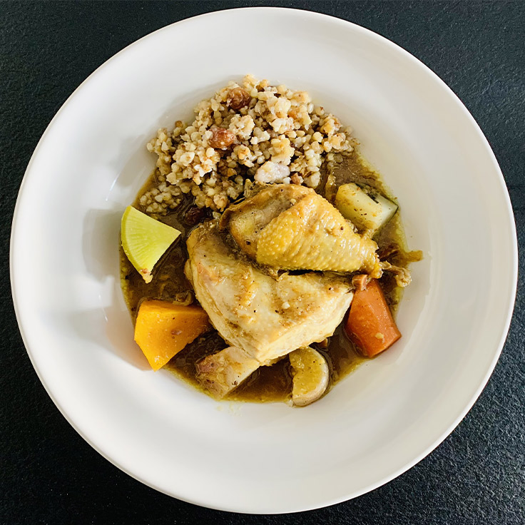 Fricassée de volaille de chez Matthieu, tajine de légumes, semoule de sarrasin aux raisins ©MICHELIN