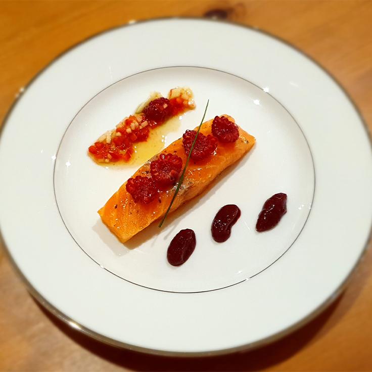 Saumon de Cherbourg confit à l'huile d'olive, huile de fruits frais et ketchup de Framboise ©MICHELIN