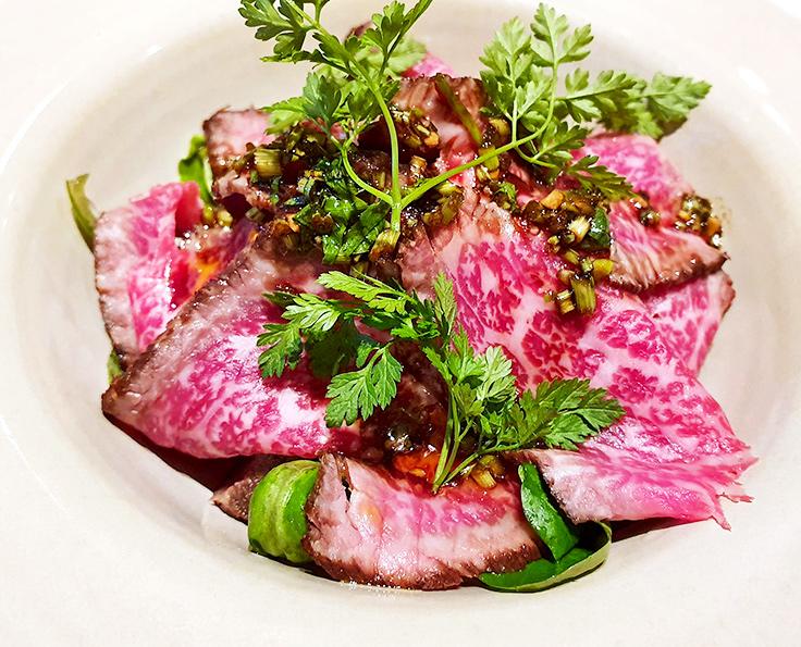 La salade de bœuf de Galice, mâche et pleurotes de la cheffe Adeline Grattard (Lai'Tcha) © Michelin