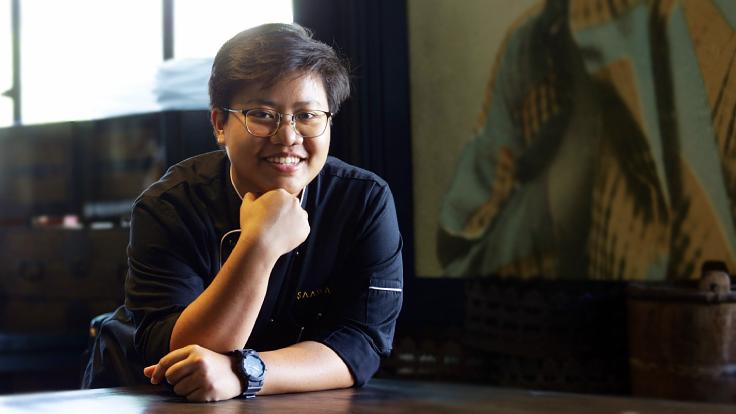 เชฟอ้อม-สุจิรา พงษ์มอญ หัวหน้าเชฟร้านสวรรค์ ผู้ชนะรางวัล MICHELIN Guide Young Chef Award ประจำปี 2564  (© ศรัณยู นกแก้ว / MICHELIN Guide Thailand)