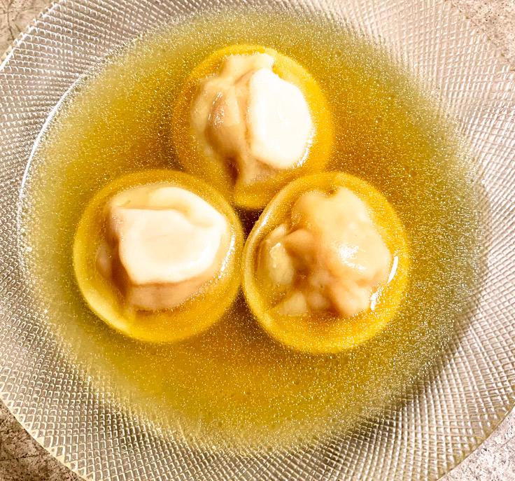 Ravioles de courges accompagnées d'un bouillon épicé, restaurant Sources © Michelin